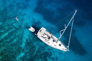 Mitsegeln Yacht mit Schwimmerin vom Top