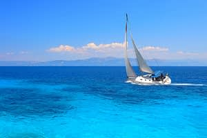 Yacht mit Insel am Horizont Blauwasser