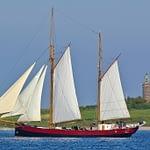 Ostsee Schoner vor Leuchtturm